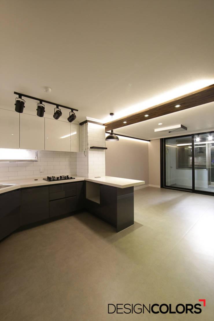 Cocinas de estilo moderno de DESIGNCOLORS Moderno