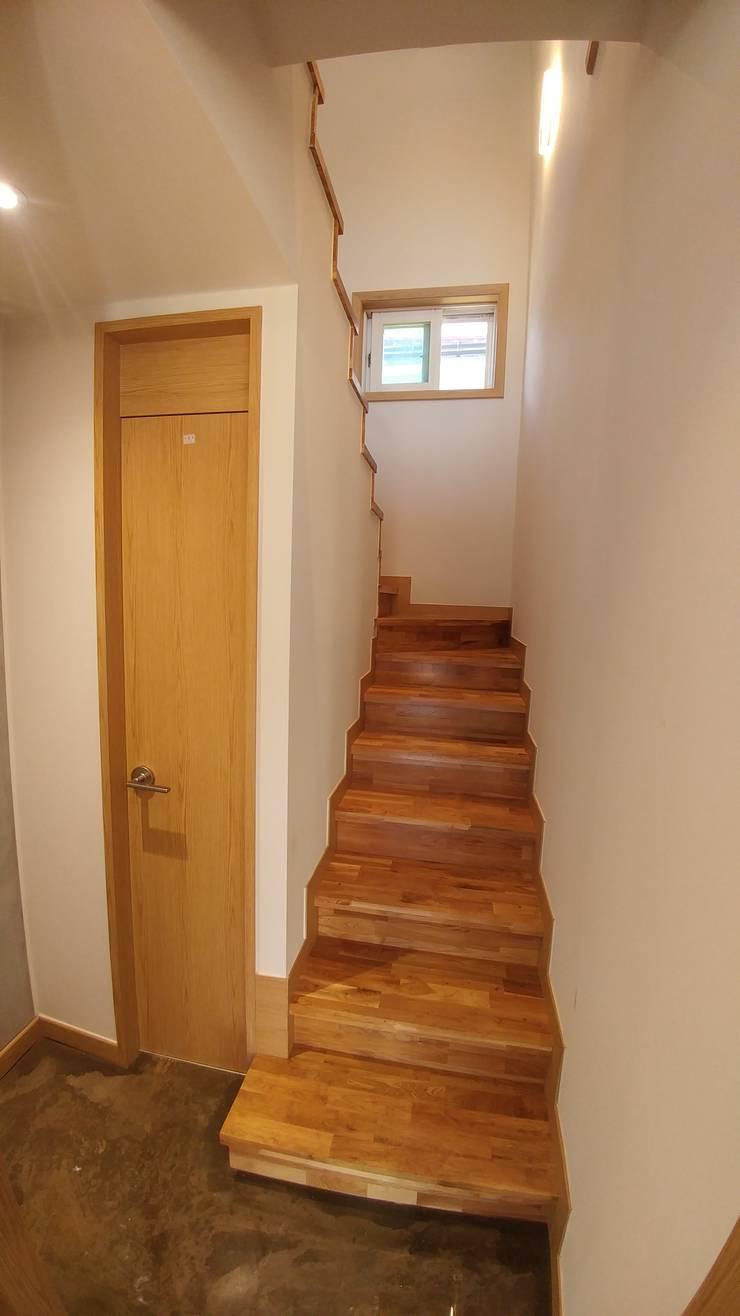 길월동 주택 리모델링 (추가): 건축일상의  계단,