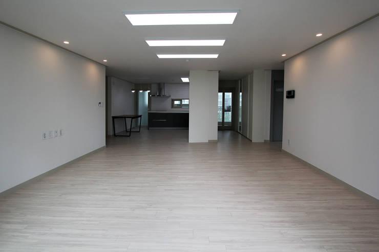 베스트타운 34평: 한 인테리어 디자인의  거실,