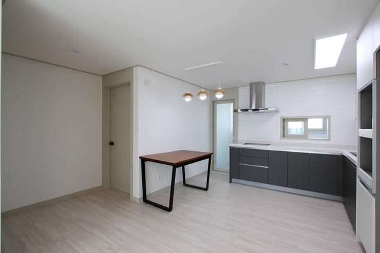 베스트타운 34평: 한 인테리어 디자인의  주방,