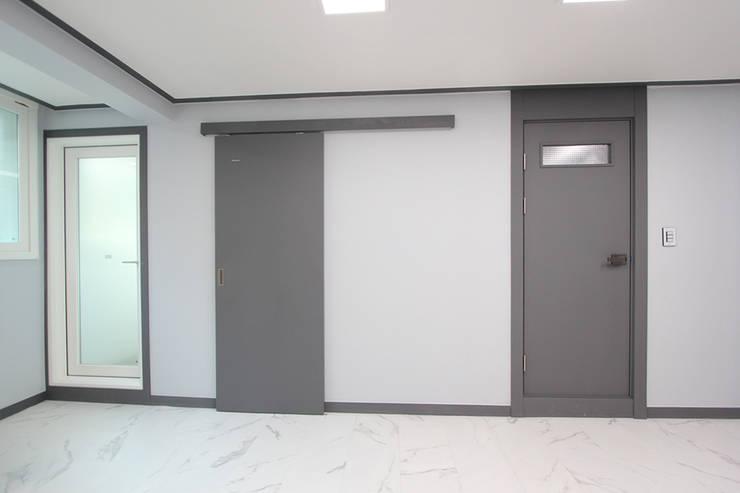 부천시 성은빌라: 한 인테리어 디자인의  문,모던
