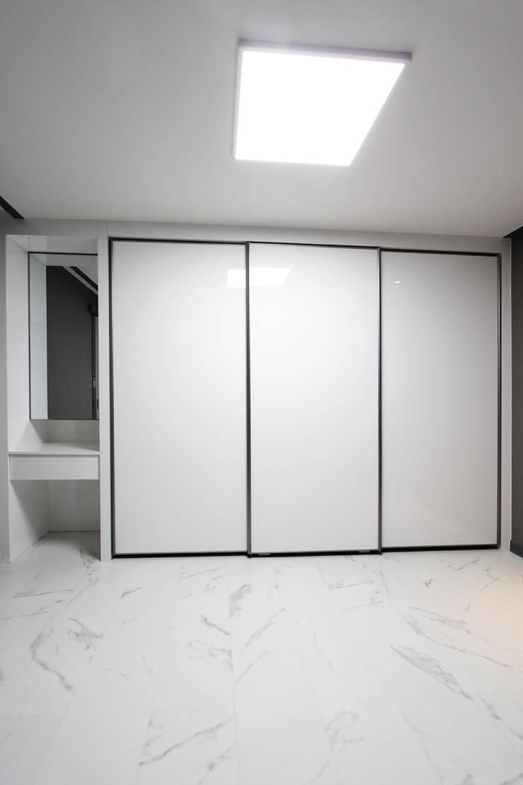 부천시 성은빌라: 한 인테리어 디자인의  방,모던