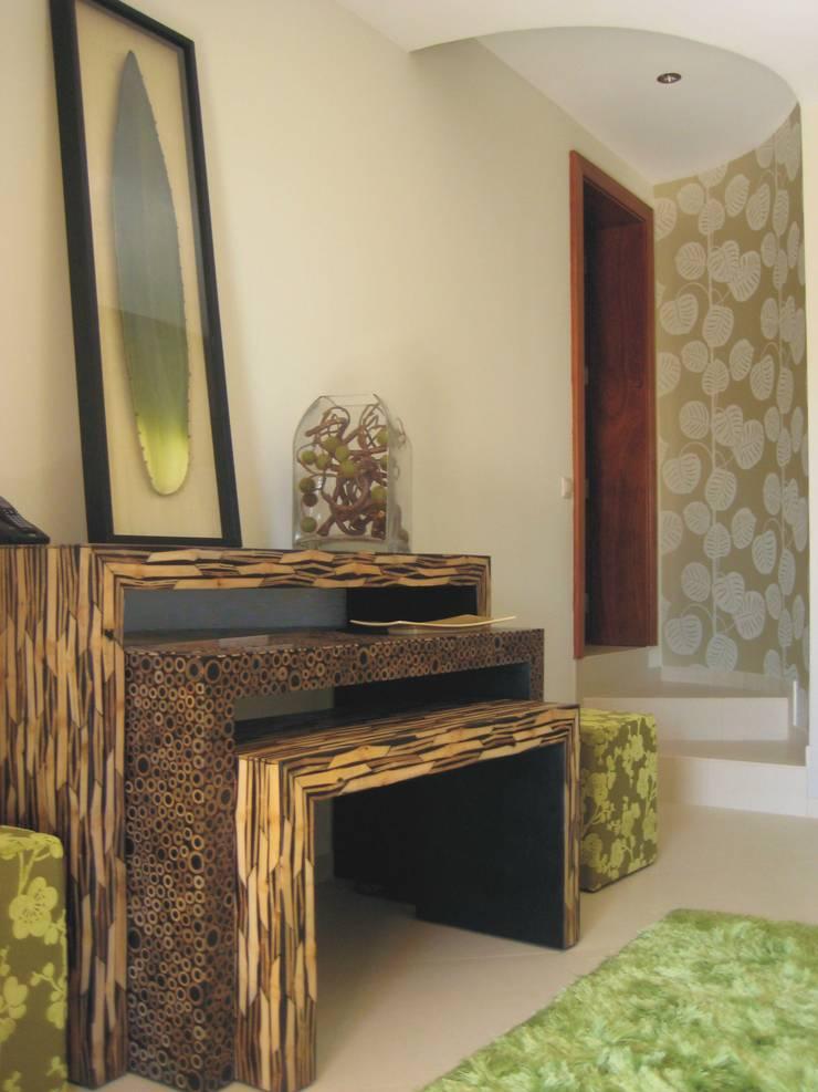 Apartamento Galé 3: Corredores e halls de entrada  por Atelier  Ana Leonor Rocha