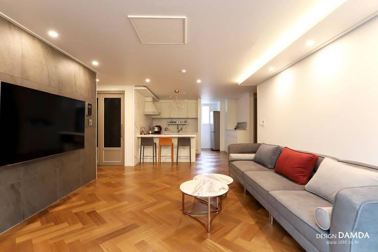 Salas / recibidores de estilo  por 디자인담다