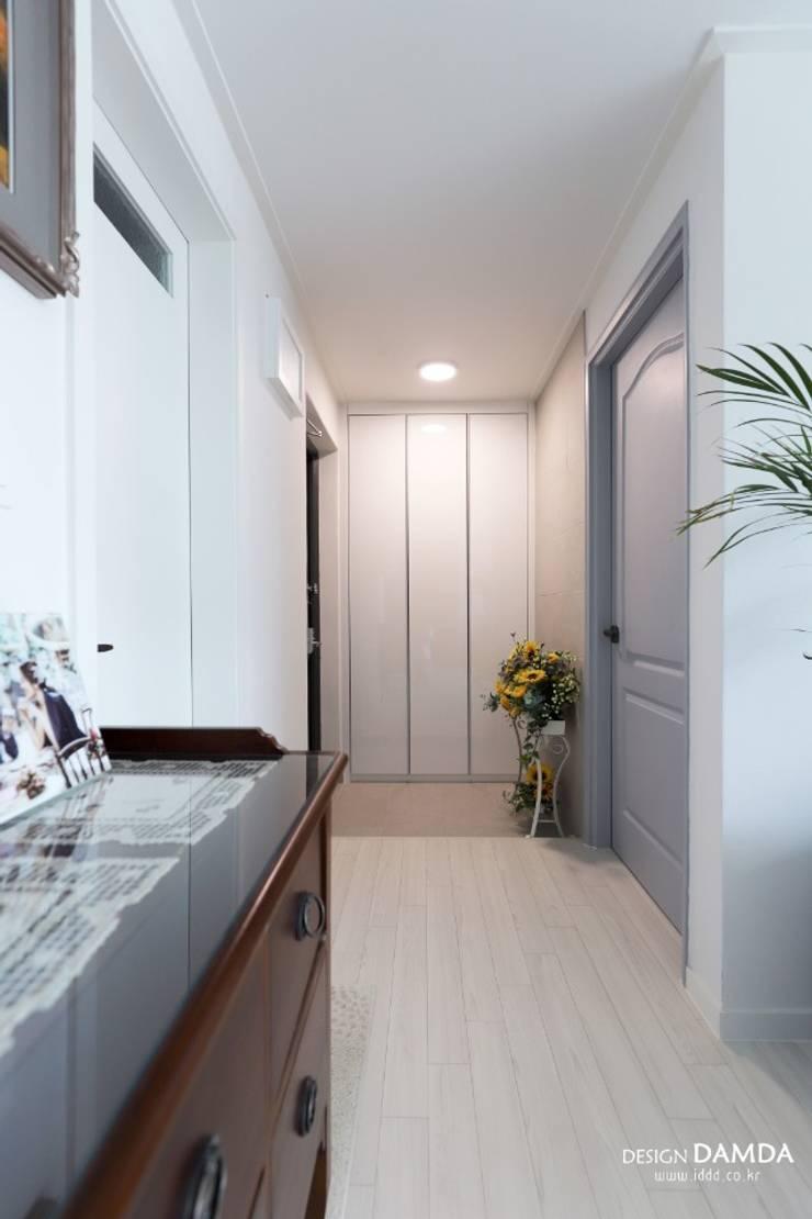 Modern Corridor, Hallway and Staircase by 디자인담다 Modern