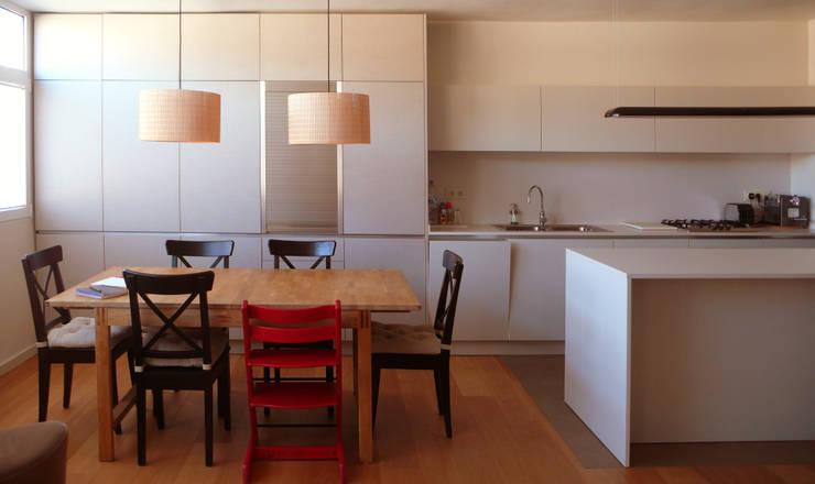 Cocina integrada en el salón: Cocinas integrales de estilo  de Pilar Pardal March