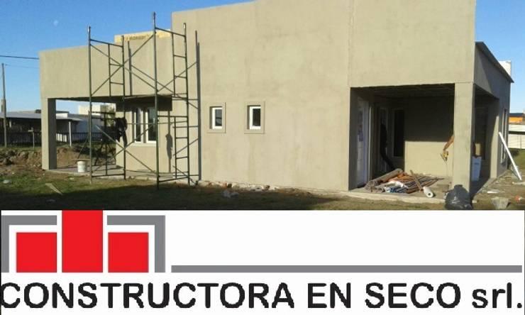Casas unifamiliares de estilo  por Constructora en seco Carreras y asociados Srl., Moderno Hierro/Acero