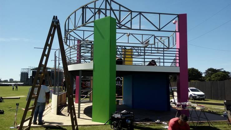Revestimiento en madera e incorporando color:  de estilo  por Faerman Stands y Asoc S.R.L. - Arquitectos - Rosario