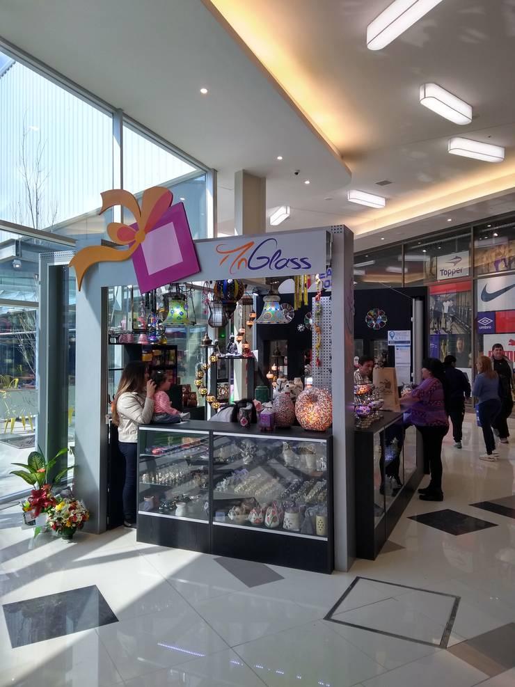Góndola de regalería en shopping Paso el Bosque de Rosario: Shoppings y centros comerciales de estilo  por Faerman Stands y Asoc S.R.L.