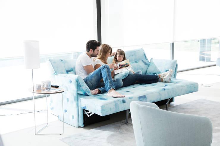 Indy, el sofá cama más innovador del mundo.: Sala multimedia de estilo  por Distrito 55