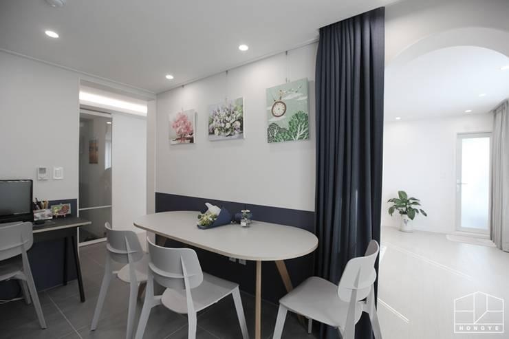 Projekty,  Domowe biuro i gabinet zaprojektowane przez 홍예디자인