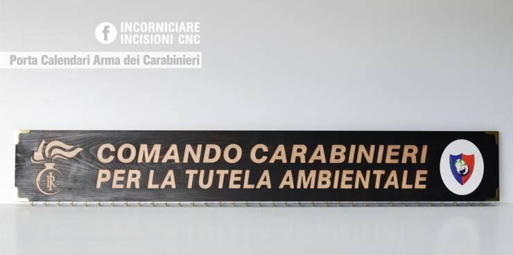 Porta Calendari Arma dei Carabinieri : Ingresso, Corridoio & Scale in stile  di INCORNICIARE