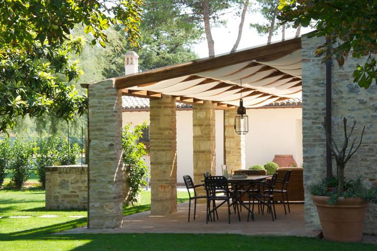 Casale T: Giardino in stile  di GIAN MARCO CANNAVICCI ARCHITETTO