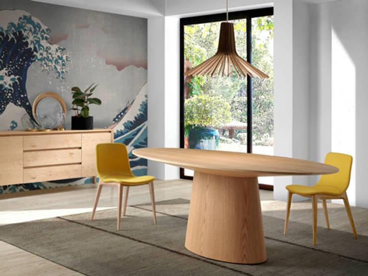 Comedor de diseño italiano con mesa ovalada de roble: Comedor de estilo  de ANGEL CERDA