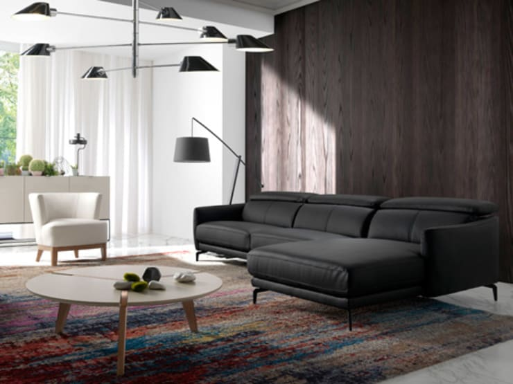 Salón con sofá chaiselong de diseño tapizado en piel de la nueva colección Atelier de Angel Cerdá: Salones de estilo  de ANGEL CERDA