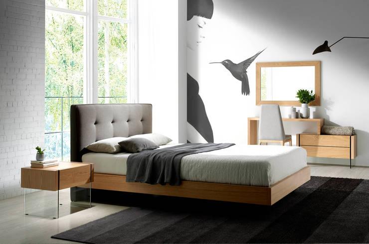Dormitorio moderno con cabecero tapizado de la colección Atelier by Angel Cerdá: Dormitorios de estilo  de ANGEL CERDA