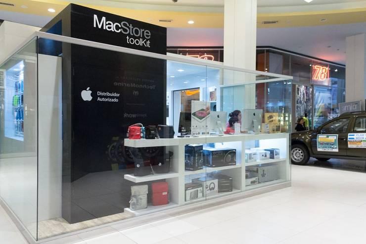 Vista lateral con presencia de marca: Shoppings y centros comerciales de estilo  por Faerman Stands y Asoc S.R.L. - Arquitectos - Rosario