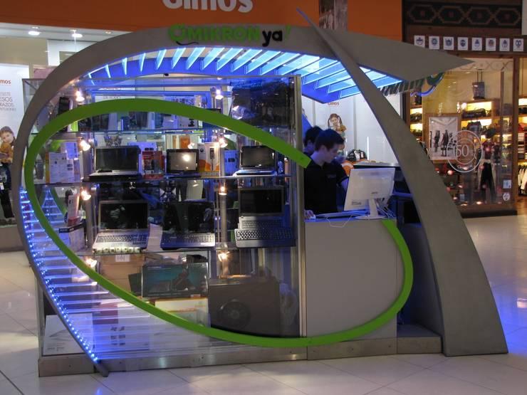 lateral de vidriera y atención al público: Shoppings y centros comerciales de estilo  por Faerman Stands y Asoc S.R.L. - Arquitectos - Rosario,