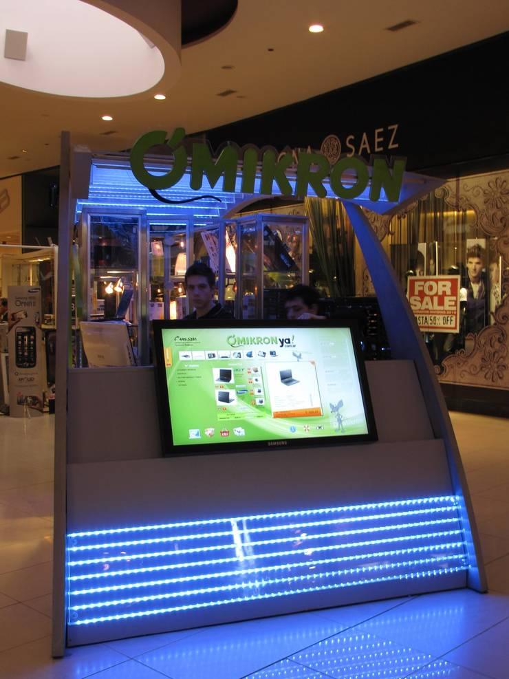 Vista de frente con una pantalla de consulta touch, y presencia de marca: Shoppings y centros comerciales de estilo  por Faerman Stands y Asoc S.R.L. - Arquitectos - Rosario,