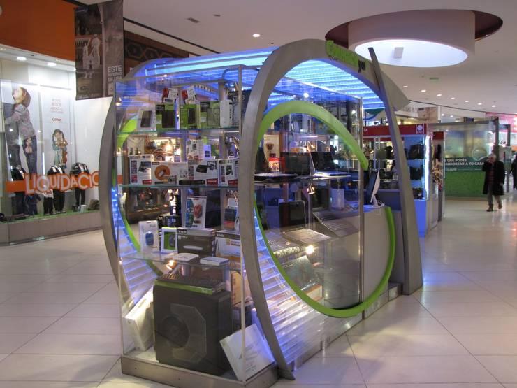 Vista posterior con exhibición de productos: Shoppings y centros comerciales de estilo  por Faerman Stands y Asoc S.R.L. - Arquitectos - Rosario,