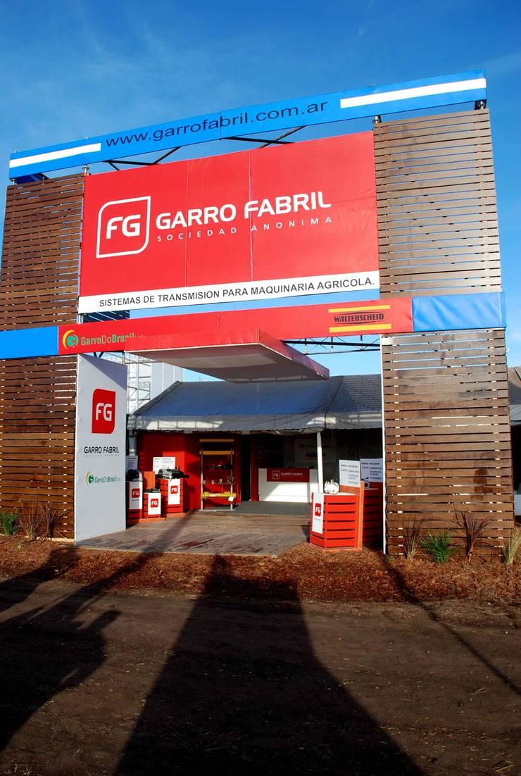 Portada de ingreso : Centros de exposiciones de estilo  por Faerman Stands y Asoc S.R.L. - Arquitectos - Rosario,