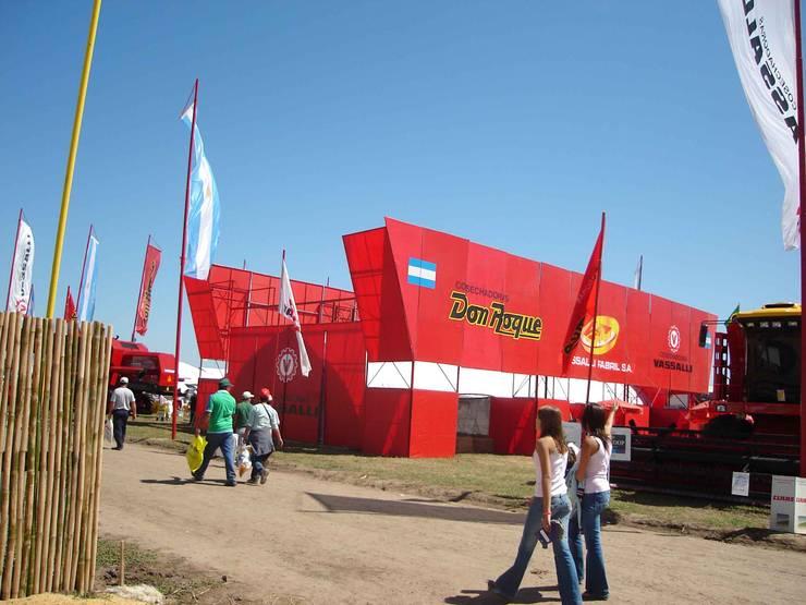 Stand de campo: Centros de exposiciones de estilo  por Faerman Stands y Asoc S.R.L. - Arquitectos - Rosario,