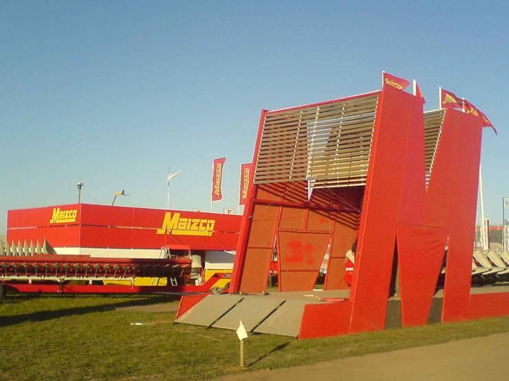 Diseño de stands para eventos de campo: Centros de exposiciones de estilo  por Faerman Stands y Asoc S.R.L. - Arquitectos - Rosario,
