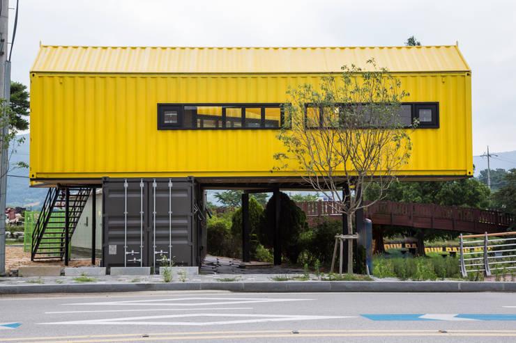 곡성 뚝방갤러리: 큐브디자인 건축사사무소의  거실