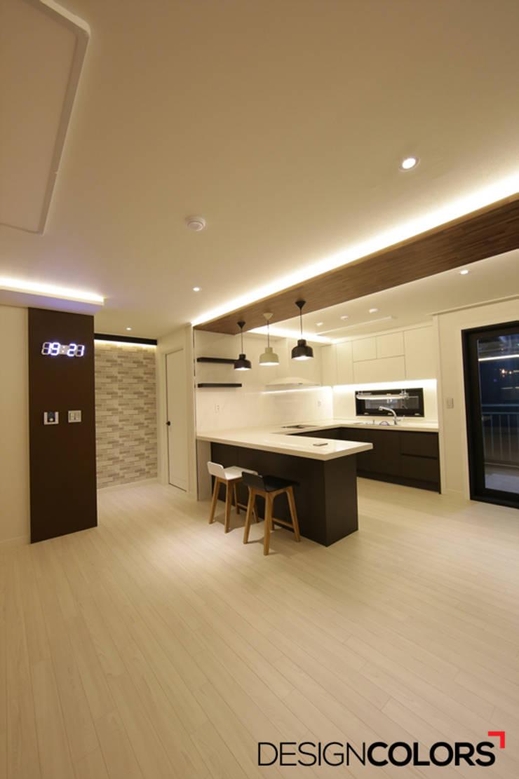구로구 신도림동 e편한세상 아파트 인테리어 34평: DESIGNCOLORS의  주방,