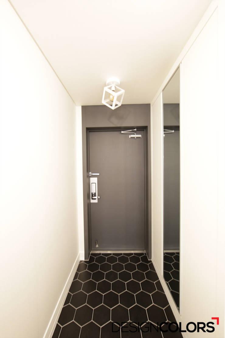 서초구 반포동 반포두산힐스빌 아파트 인테리어 22평: DESIGNCOLORS의  복도 & 현관