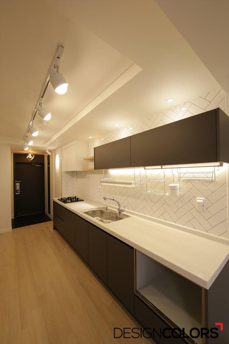 서초구 반포동 반포두산힐스빌 아파트 인테리어 22평: DESIGNCOLORS의  주방