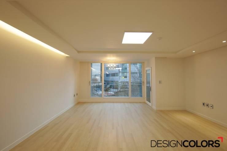 서초구 반포동 반포두산힐스빌 아파트 인테리어 22평: DESIGNCOLORS의  거실