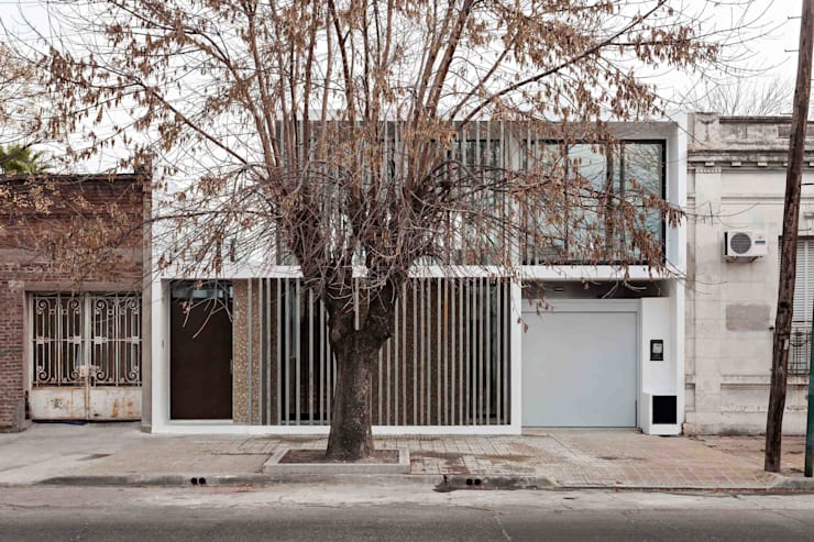 Detached home by SMF Arquitectos  /  Juan Martín Flores, Enrique Speroni, Gabriel Martinez