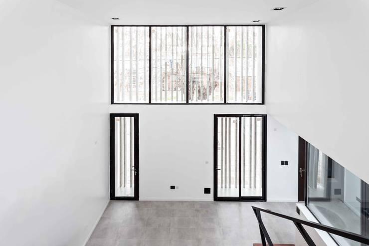 Diseño y Constucción de Casa Bazan en La Plata por SMF Arquitectos: Livings de estilo  por SMF Arquitectos  /  Juan Martín Flores, Enrique Speroni, Gabriel Martinez