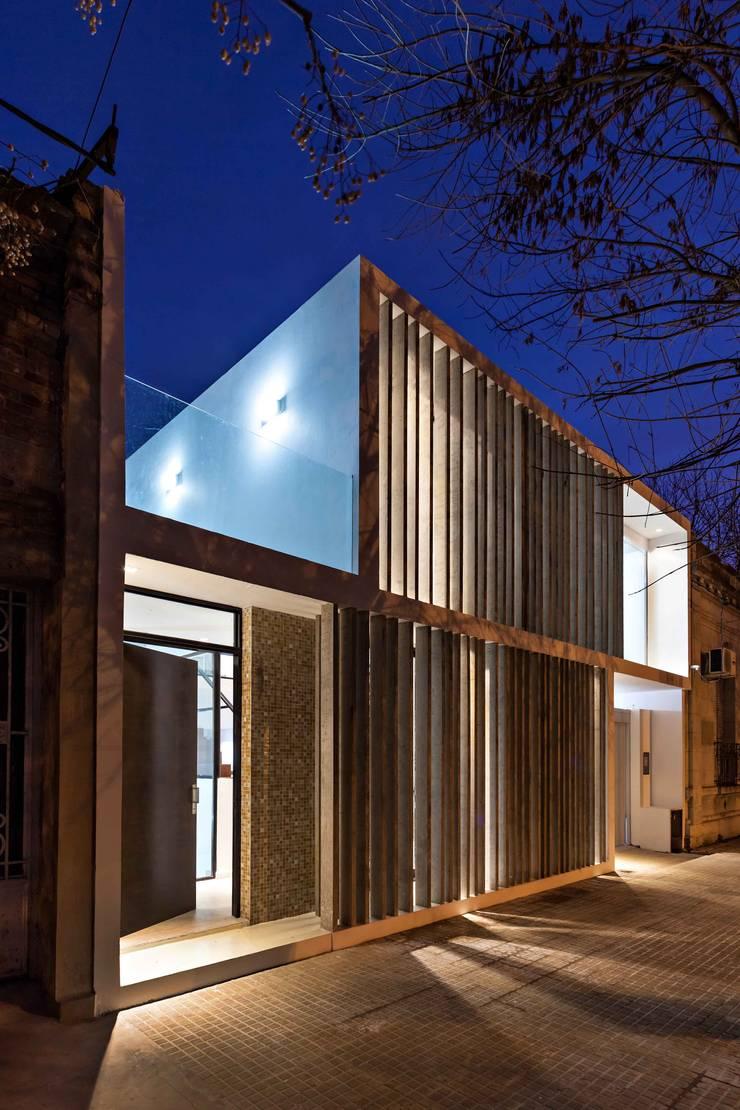 Diseño y Constucción de Casa Bazan en La Plata por SMF Arquitectos: Casas unifamiliares de estilo  por SMF Arquitectos  /  Juan Martín Flores, Enrique Speroni, Gabriel Martinez
