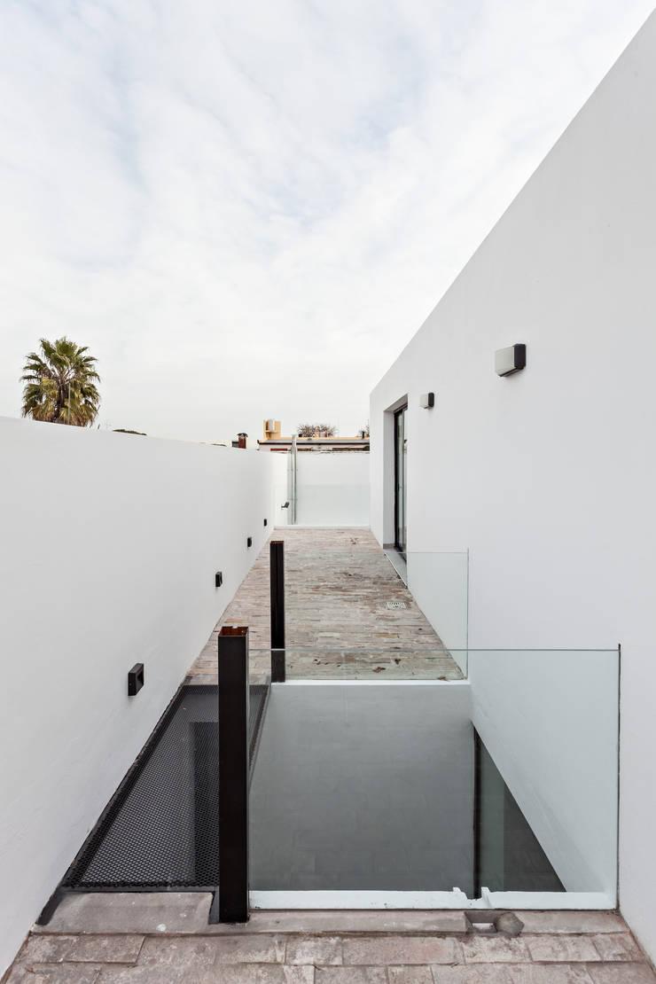 Diseño y Constucción de Casa Bazan en La Plata por SMF Arquitectos: Terrazas de estilo  por SMF Arquitectos  /  Juan Martín Flores, Enrique Speroni, Gabriel Martinez