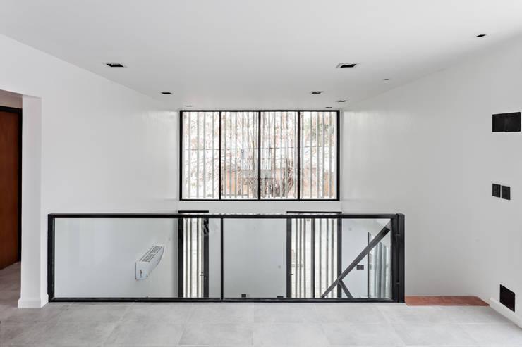 Diseño y Constucción de Casa Bazan en La Plata por SMF Arquitectos: Ventanas de PVC de estilo  por SMF Arquitectos  /  Juan Martín Flores, Enrique Speroni, Gabriel Martinez