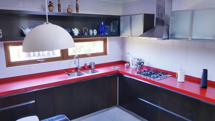 Cocina Roja por SIMPLEMENTE AMBIENTE: Cocinas equipadas de estilo  por SIMPLEMENTE AMBIENTE mobiliarios hogar y oficinas santiago