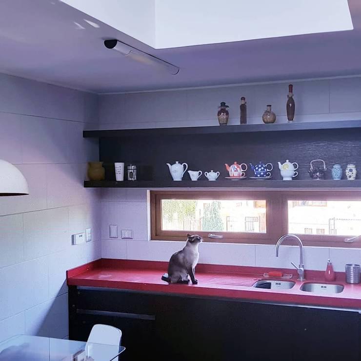 iluminación : Cocinas equipadas de estilo  por SIMPLEMENTE AMBIENTE mobiliarios hogar y oficinas santiago