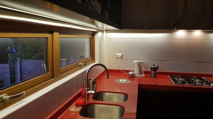 cocina  iluminación: Cocina de estilo  por SIMPLEMENTE AMBIENTE mobiliarios hogar y oficinas santiago