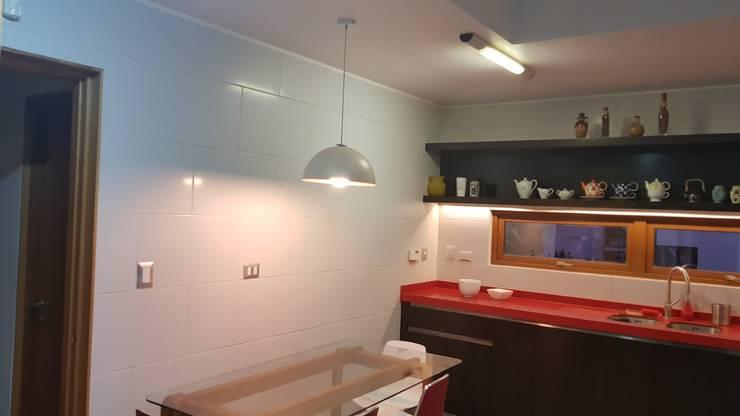iluminación: Cocina de estilo  por SIMPLEMENTE AMBIENTE mobiliarios