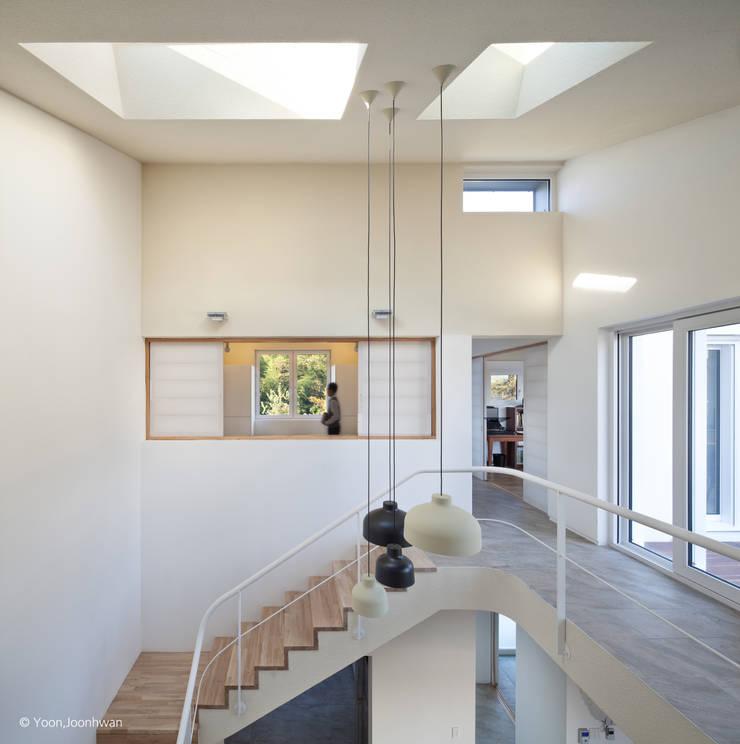 2층 보이드 공간_계단실: 건축사사무소 모뉴멘타의  계단