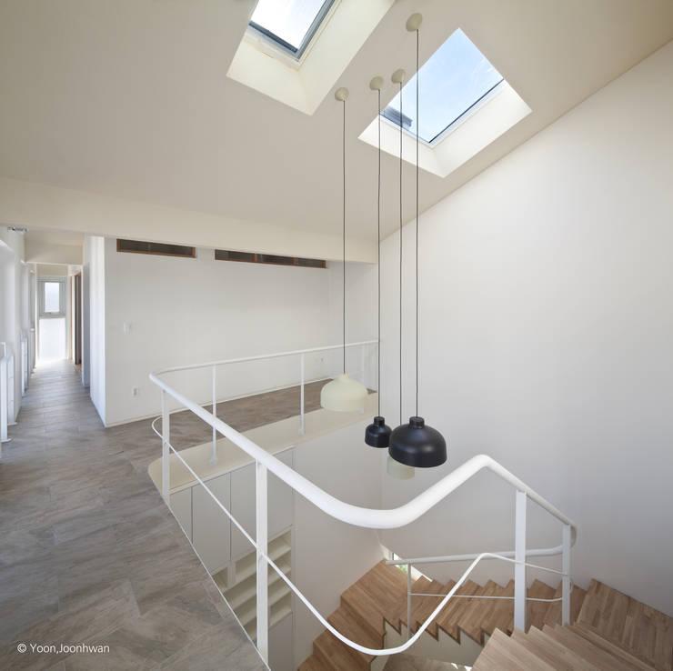 계단과 상부 천창: 건축사사무소 모뉴멘타의  계단