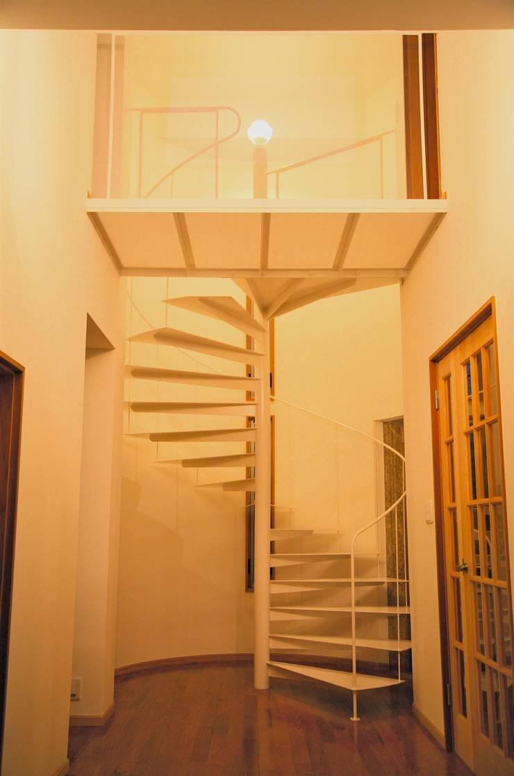 Stairs by 株式会社高野設計工房, Modern