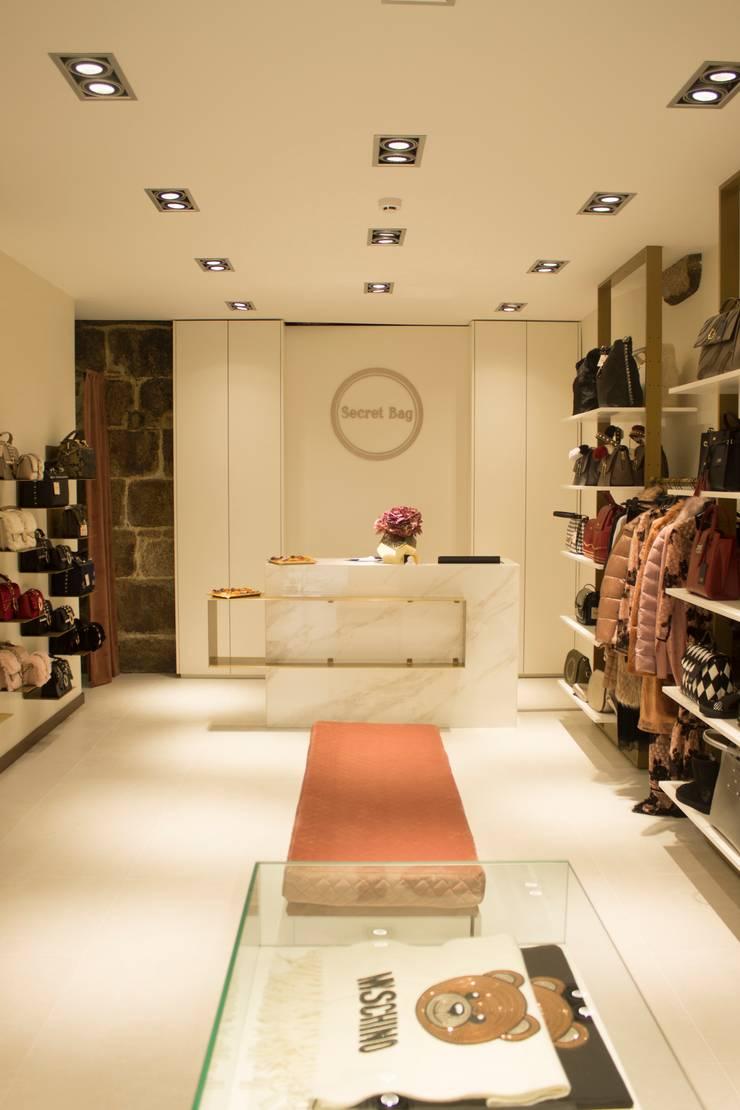 ZONA DE ATENDIMENTO: Escritório e loja  por 7eva design  - Arquitectura e Interiores,