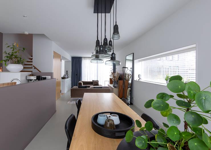Sala da pranzo in stile  di Regina Dijkstra Design