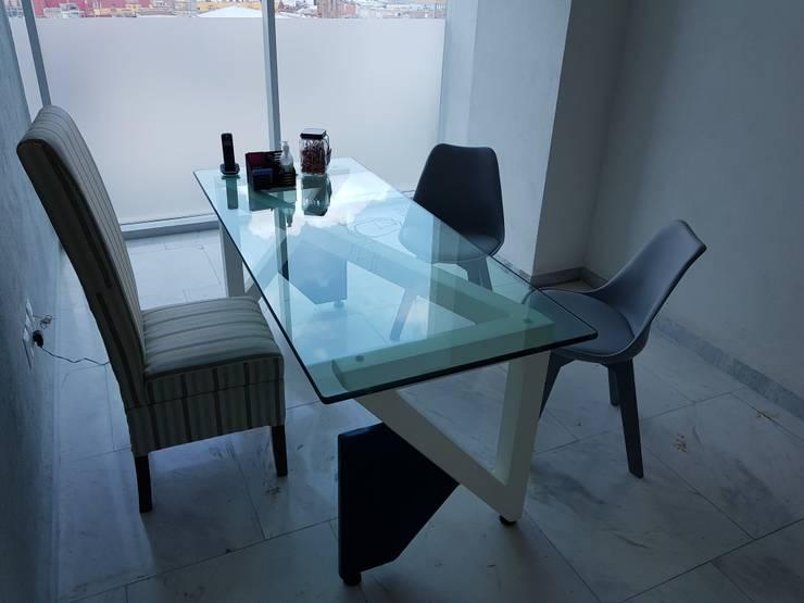 Phòng học/văn phòng phong cách tối giản bởi Arqca Tối giản