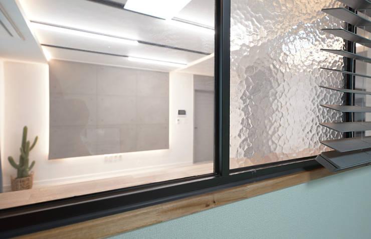 모던 인더스트리얼, 파주 빌라 프로젝트: 디자인 아버의  창문 & 문