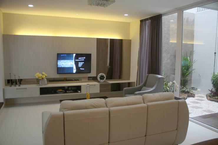 Rumah Raffles Hills Cibubur:  Ruang Keluarga by Exxo interior