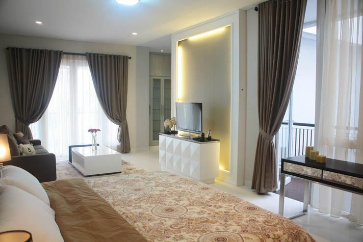 Rumah Raffles Hills Cibubur:  Kamar Tidur by Exxo interior